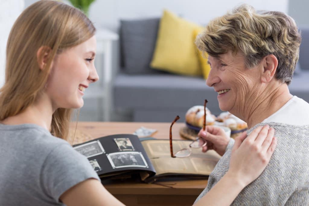 Inwonende zorgverlener heeft aandacht voor oudere vrouw