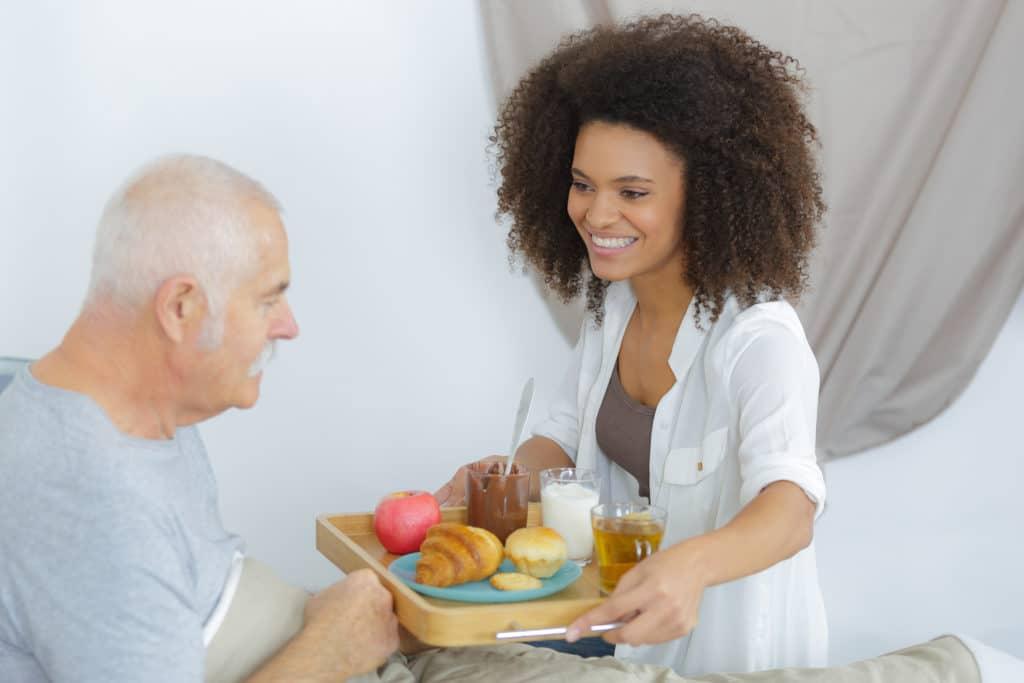 Een inwonende verzorgster kookt, helpt in het huishouden en verzorgd